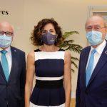 El alcalde de Málaga y el decano del COPITI posan junto a Leonor Muñoz